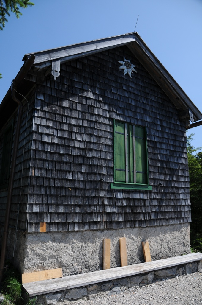 Giebelseite der 2003 liebevoll restaurierten Hochkopfhütte
