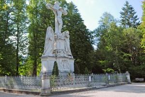 Heute ist das Monument umzäunt und von hochgewachsenen Bäumen umgeben