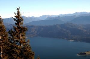 Blick über den Walchensee: am Südufer der bewaldete Altlacher Hochkopf (Foto: H.K.)