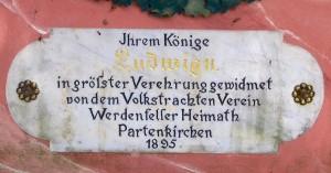 Die Inschrift auf der Ludwigsbüste in Partenkirchen (Foto: Susanne Nebl)