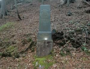 An die Todesopfer des Transports erinnert dieser Gedenkstein an der Alten Ettaler Straße (Foto: Maximilian Mayet)