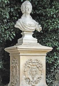 Die Büste der von Ludwig II. verehrten Bourbonen-Königin Marie-Antoinette im Park Linderhof (Foto: HK)