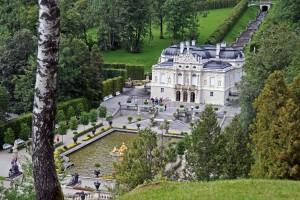 Der Schlosspark bietet vielfältige Ausblicke auf die Königsvilla (Foto: HK)