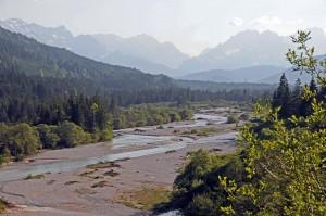 Wildflusslandschaft im oberen Isartal mit Wettersteingebirge (Foto: H.K.)