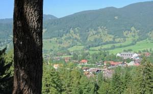Blick vom Osterbichl auf Oberammergau mit Passionsspielhaus (Foto: H.K.)