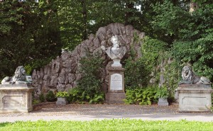 Das Denkmal an der Kohlgruber Straße mit Büste, Felssteinmauer und Löwen (Foto: H.K.)