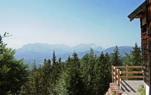 Blick von der Giebelseite der Hochkopfhütte über den Isartalboden zum Wettersteinmassiv (Foto: H.K.)