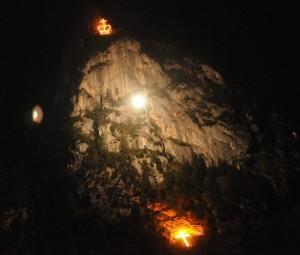Der Kofel mit Krone und Kreuz aus Flammen beim Ludwigfeuer 2011
