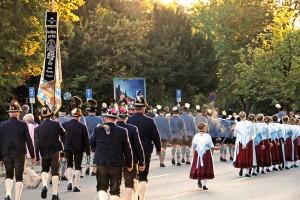 Marsch der Trachtler und Gebirgsschützen zum Ludwig-Denkmal (Foto: H.K.)