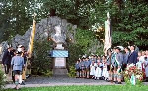 Der Trachtenverein hält das Andenken an Ludwig II. in Ehren (Foto: H.K.)