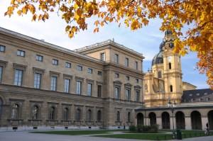 Nordwestecke der Residenz mit Blick zur Theatinerkirche: links im Bild auf dem Flachdach befand sich der Wintergarten (Foto; H.K.)