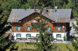 Blick vom Forsthaus hinunter zum Gasthaus Post Vorderriß (Foto: H.K.)