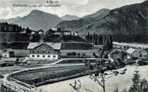Im Vordergrund das Gasthaus Post - auf der Anhöhe das Forstanwesen mit der kleinen Kapelle (AK gel 1907 Sammlung HK)