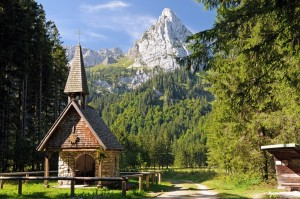 Die Wankerfleck-Kapelle (1148 m) mit Geiselstein (1881 m) - (Foto: H.K.)