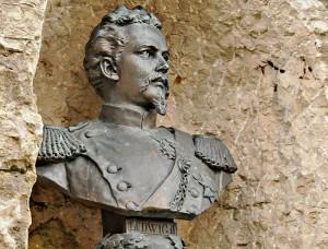 Die Büste beim Aufstieg zur Burgruine erinnert an Ludwigs hochfliegende Pläne (Foto: H.K.)