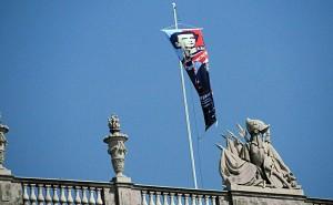 Das Banner der Bayerischen Landesausstellung 2011 über Schloss Herrenchiemsee (Foto: HK)